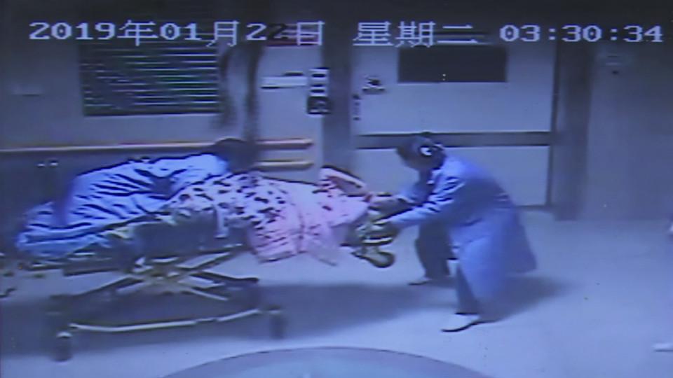 49秒丨生死抢救!孕妇突发脐带脱垂 医生跪举40分钟脐带助母婴平安
