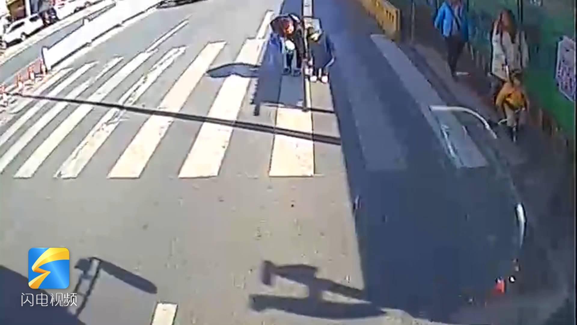 49秒丨青岛妈妈牵手孩子斑马线前鞠躬 入职两月公交司机感动:继续做好礼让