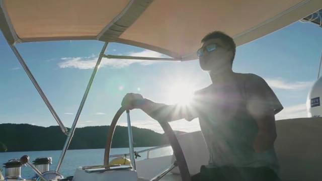 """70秒丨还有30%航程!独臂船长开着他的""""青岛梦想号""""环游世界"""