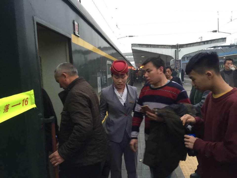 一个00后列车员的首个春运:由一名旅客变成为旅客服务