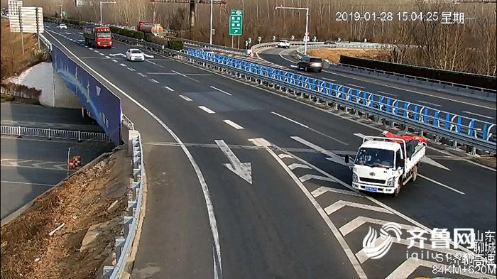 47秒丨太危险!小货车高速超车道倒车 险与后方来车相撞