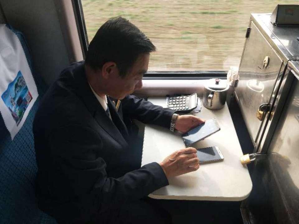 """韩如松:25年坚守列车办公席的""""补票员"""""""