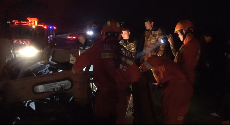 32秒|拖拉机侧翻失控,两男子被困车内,消防员寒冬中跪地救援
