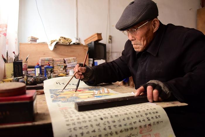 组图:聊城93岁中堂画非遗传承人手绘《二十四孝图》迎新春