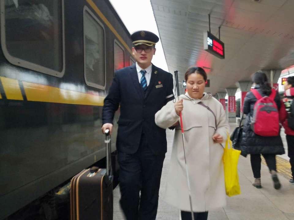 点赞青岛客运段列车员!照亮了盲人的回家路