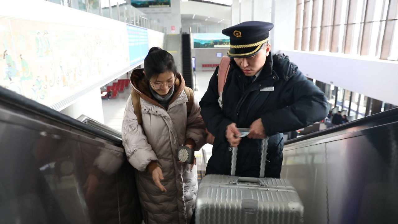 济青高铁线上的铁路夫妻:同守春运路相隔一站却难见一面