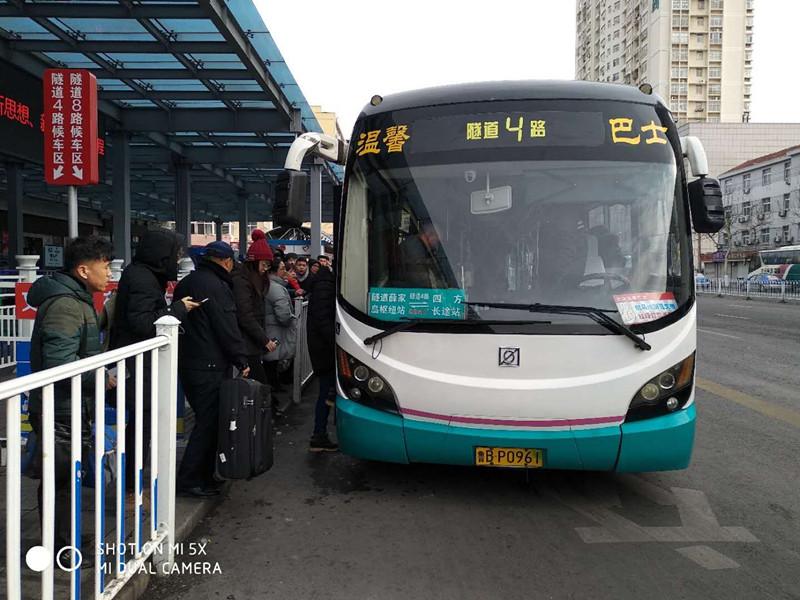 精准加密班次对接景区商圈 青岛市民公交出行更方便