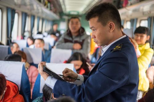春运路上|返乡旅客突发疾病 车长医生合力施救