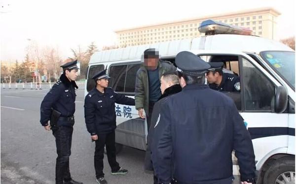 """春节前钢城区人民法院清晨抓""""老赖""""  1天6案5结款"""