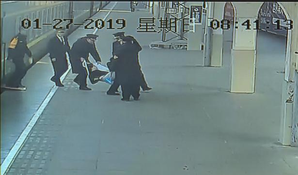 惊险!旅客列车上突发疾病 滕州火车站紧急救助