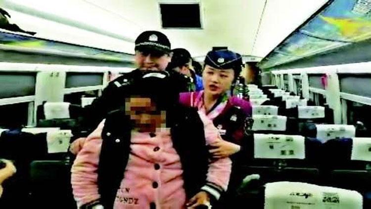 熊猫血孕妇列车上破了羊水 乘务人员协助转院