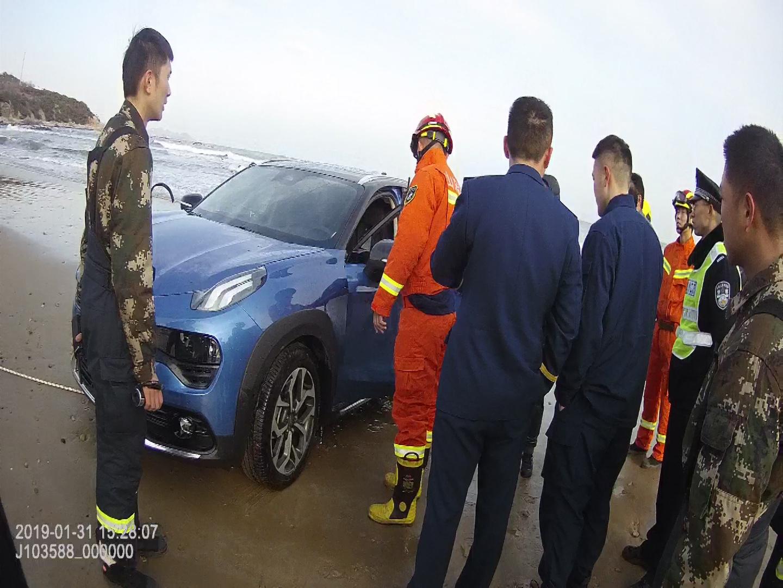 车陷沙滩困住老少五人 青岛一辅警跳入冰冷海水施救