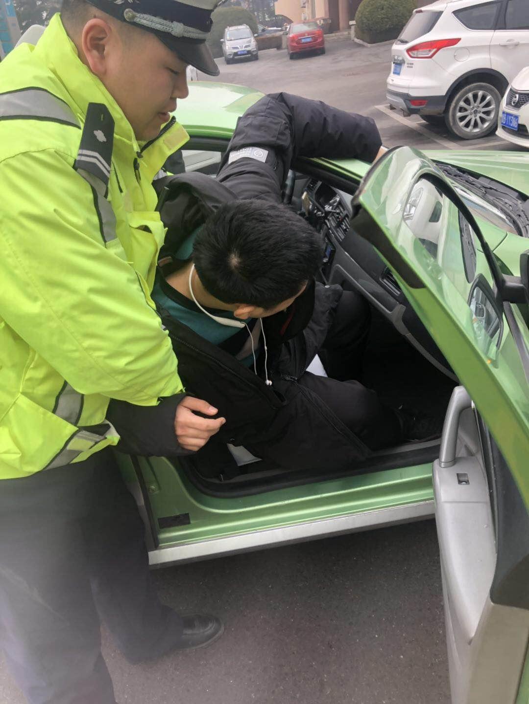 青岛:出租车乘客突发抽搐 交警警车开道紧急送医