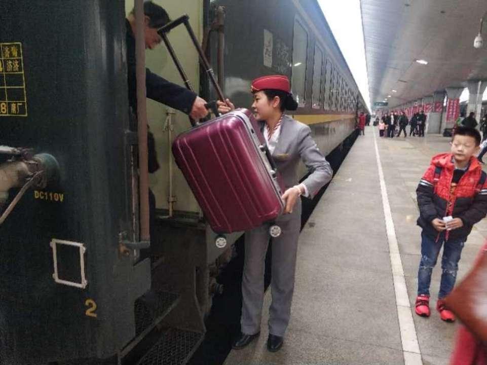 站台上的团圆!忙春运她未能回家过年 父母带着包好的水饺来到车站