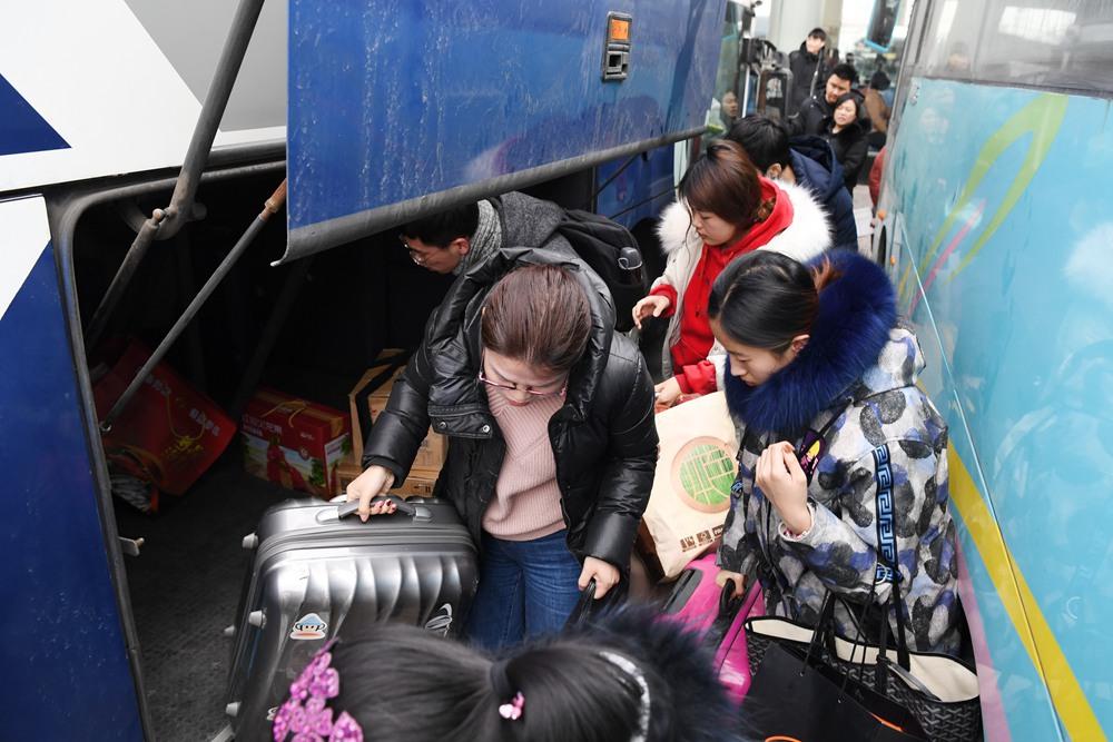 济南长途汽车总站春运返程持续攀升 初六将迎来高峰