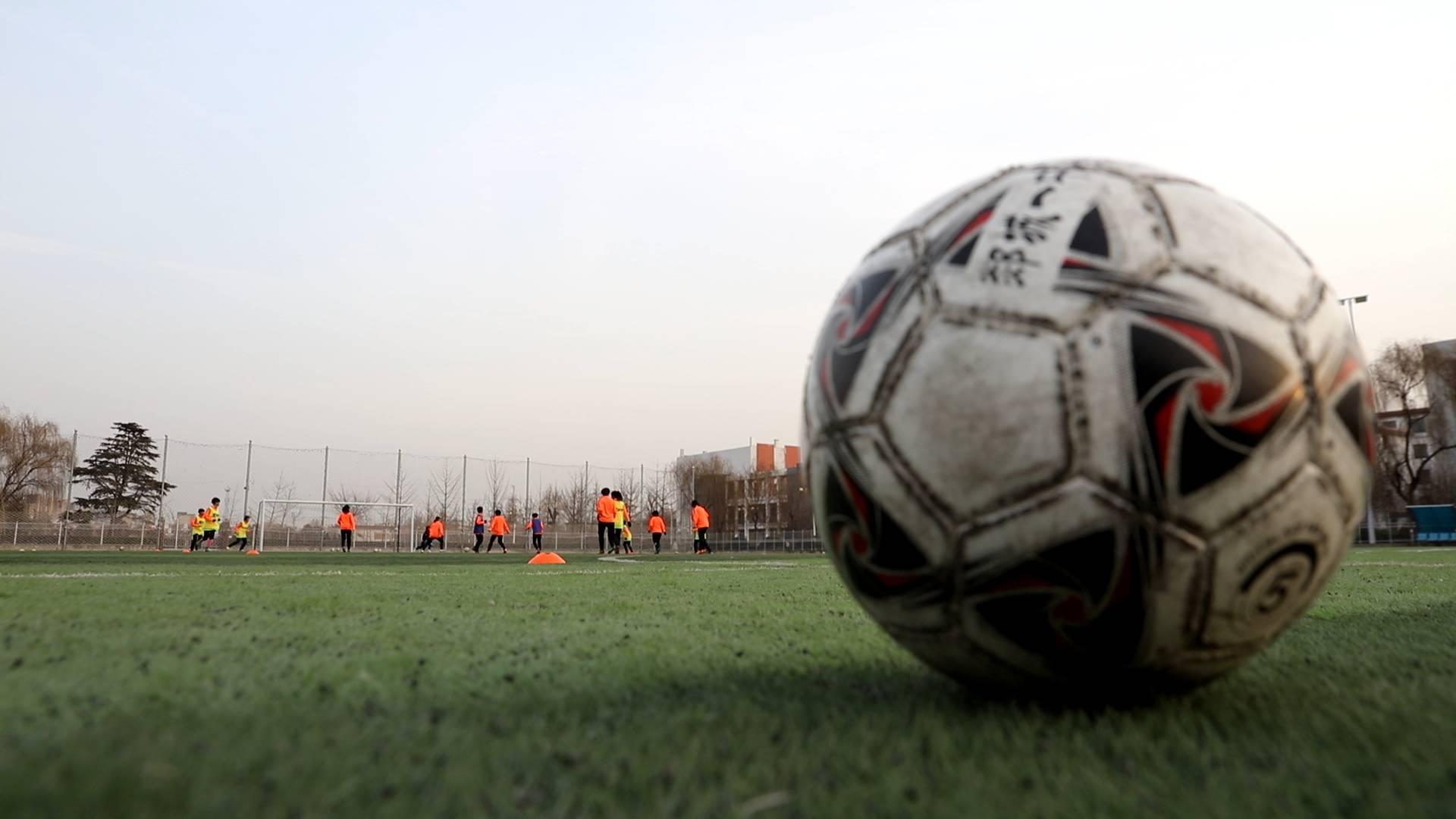 新春走基层丨每天5点40分早训,土教练本地娃夺下4个全国足球冠军