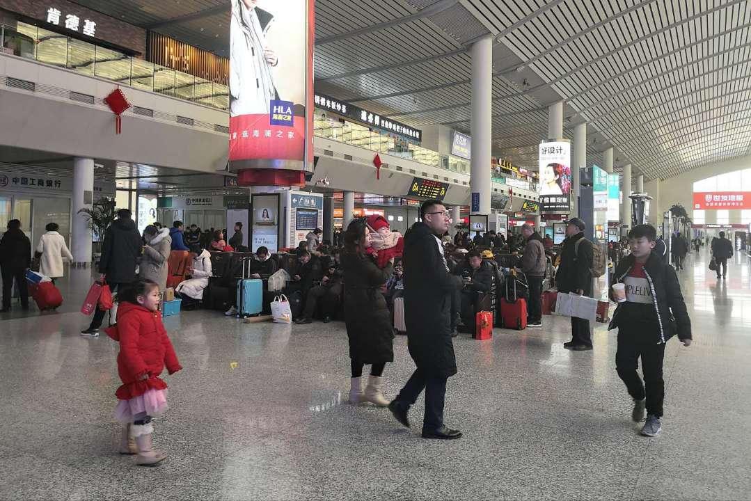 济南西站迎客流高峰 省外主要城市一票难求