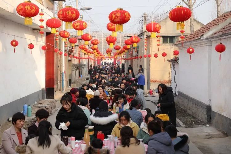 超热闹!章丘这个村办起300多人长街宴 张灯结彩过大年(图)