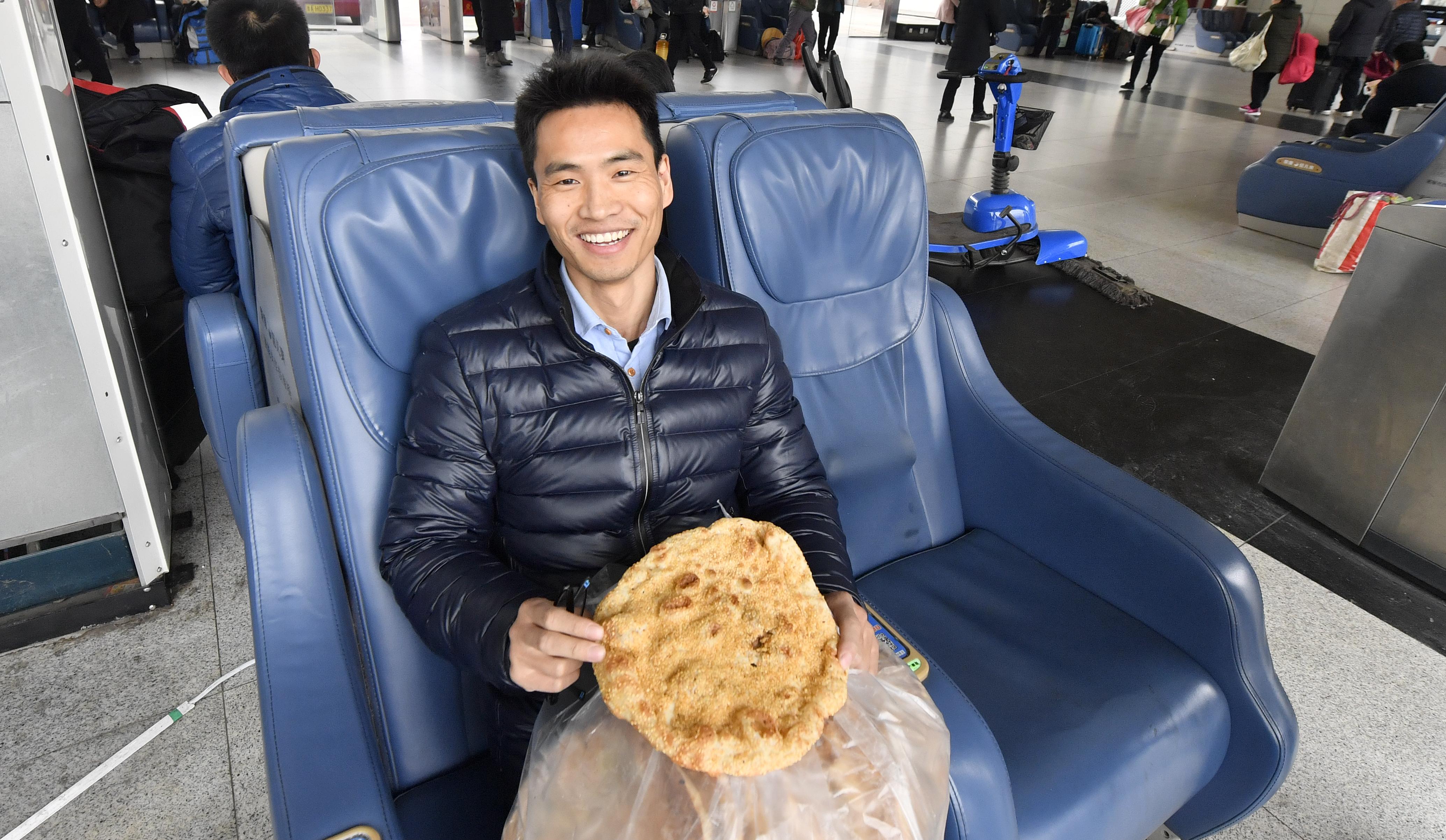 69秒|淄博小伙带20个烧饼返程上班 最难忘的是家乡的味道