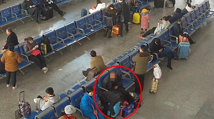 69秒丨聊城:男子见财起意伸贼手 火车站内盗走男孩压岁钱
