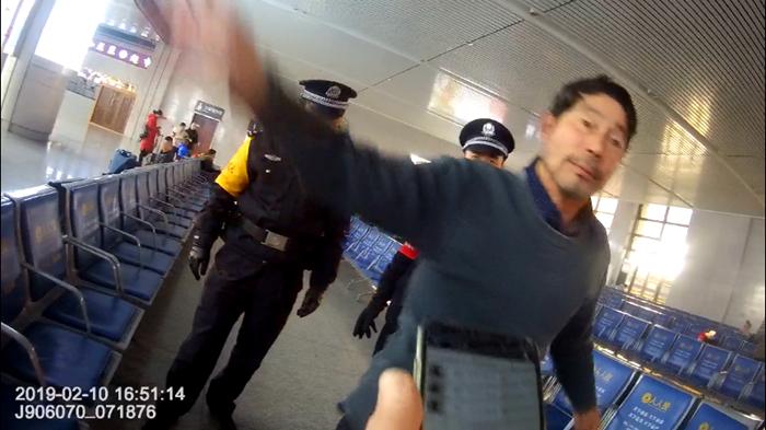 58秒|聊城一男子醉酒后大闹火车站 辱骂殴打民警被行拘
