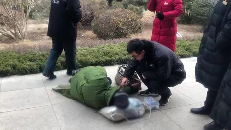 33秒丨东北老人泰安寻亲晕倒车站 工作人员及时救助
