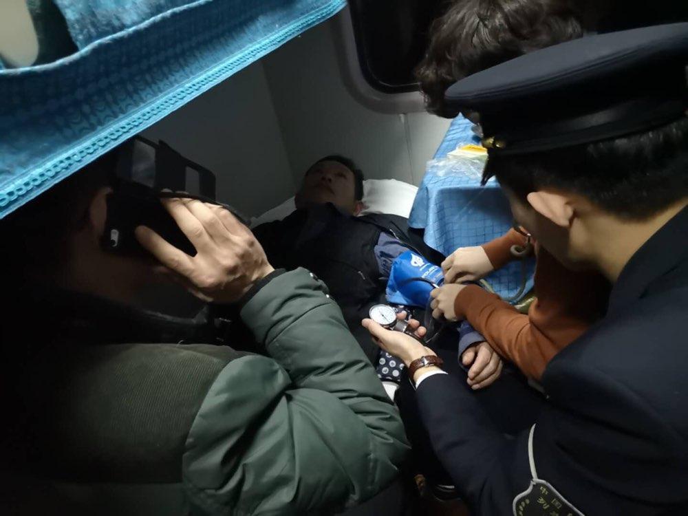 旅客列车上突发疾病瘫倒 众人紧急救助中途下车送医