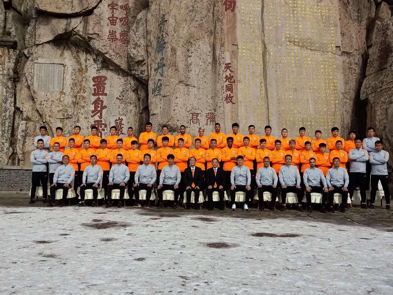 42秒丨鲁能登泰山祈福,橙色战袍新年亮相,谁被球迷围堵