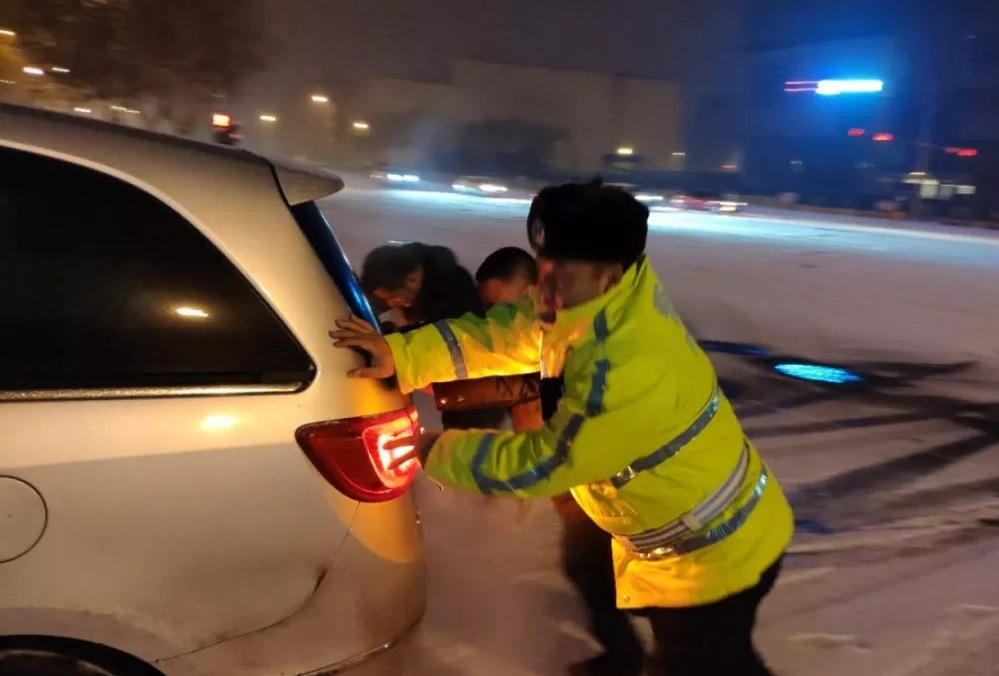 """济南""""雪""""警24小时值守岗位 醉汉雪地冻了俩小时幸亏及时发现"""