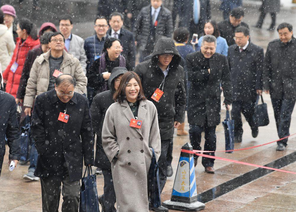 山东省十三届人大二次会议将于9时开幕 代表委员步入会场