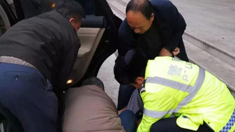 37秒丨无私援助雪中送炭!滨州高新交警紧急开道帮助昏迷病人送医