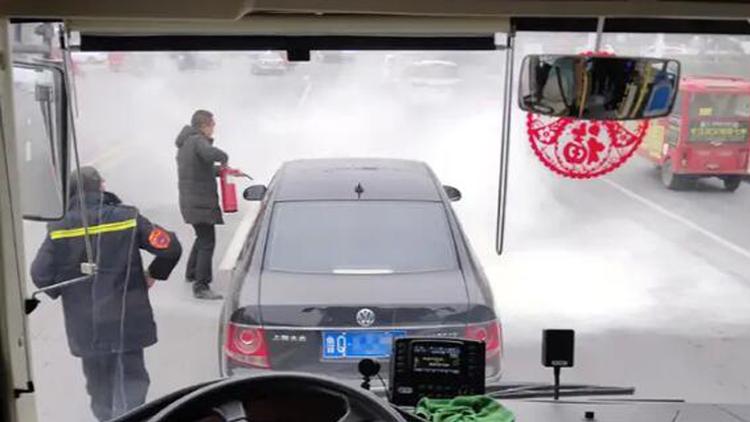 43秒|临沂一轿车前盖突然冒烟 公交车司机紧急伸援手