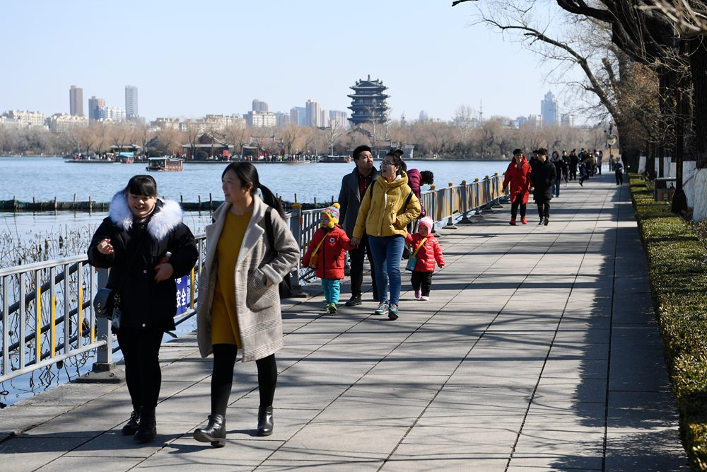 """济南雪后放""""蓝!""""寒风无法阻止市民畅游""""气质""""大明湖"""