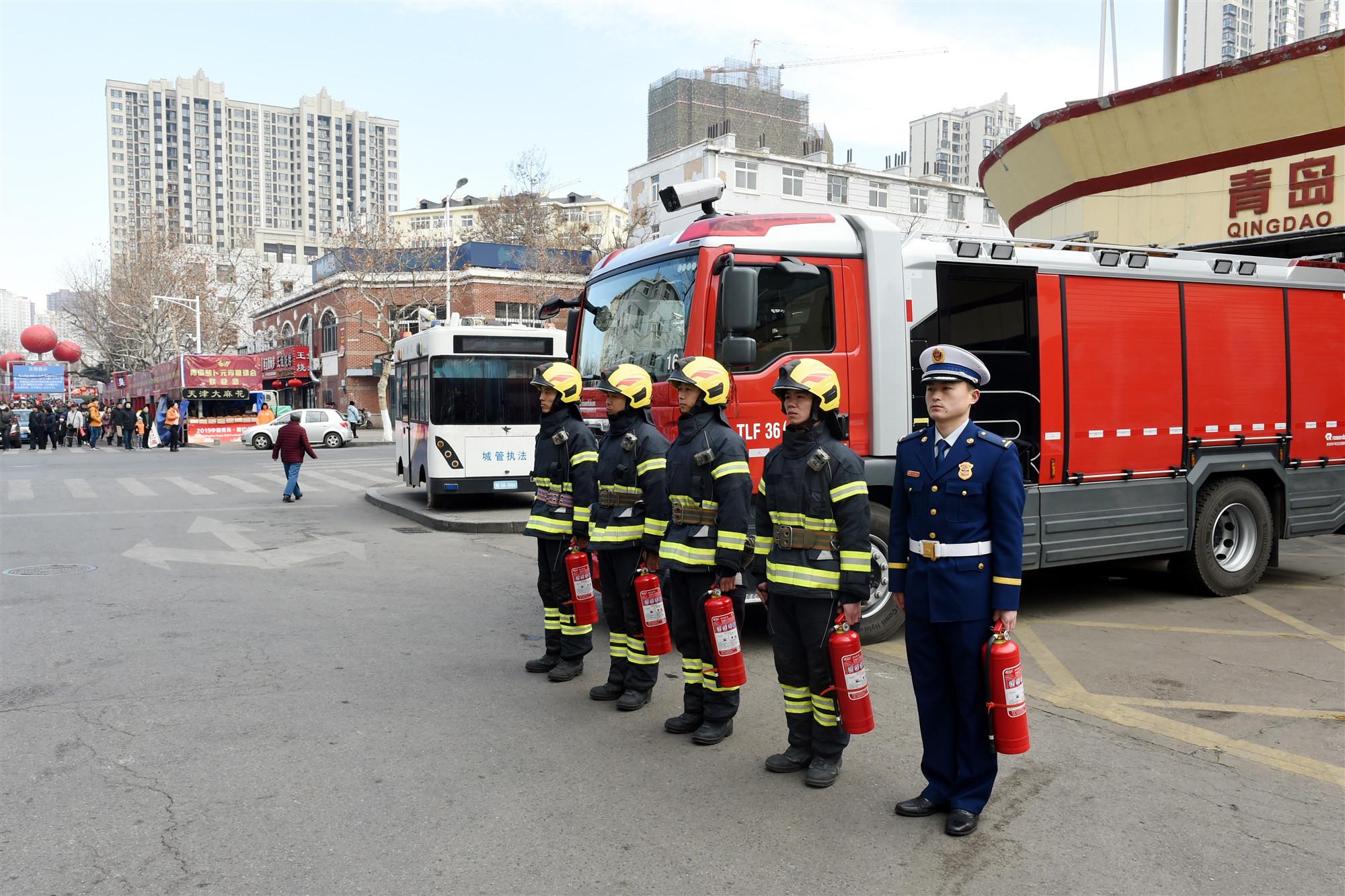 图4:执勤消防队员严阵以待(李豹松摄).JPG