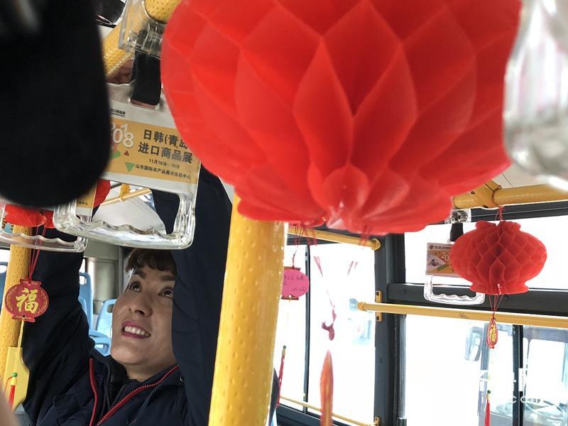 """青岛有趟""""灯谜公交"""" 乘客们出行一路欢声笑语"""