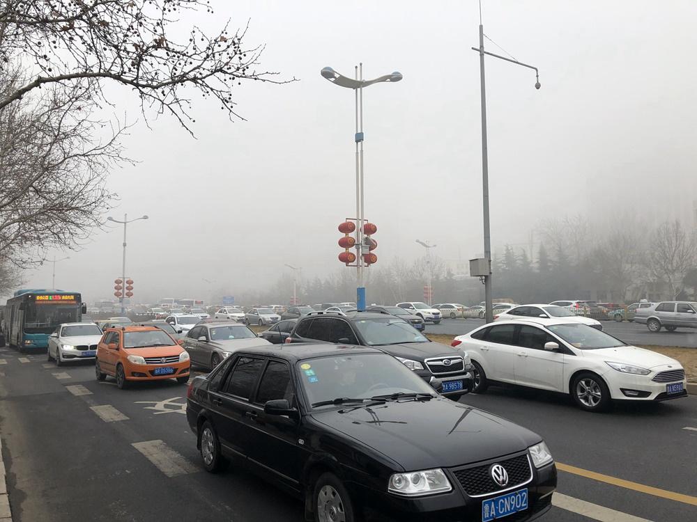 山东多地遭遇强浓雾 交警提醒你安全出行遵守这七条