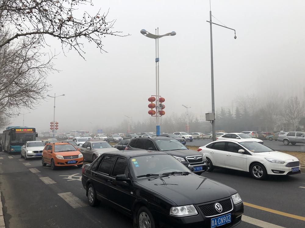 组图|山东8市遭遇强浓雾 济南城内只见大楼不见楼顶