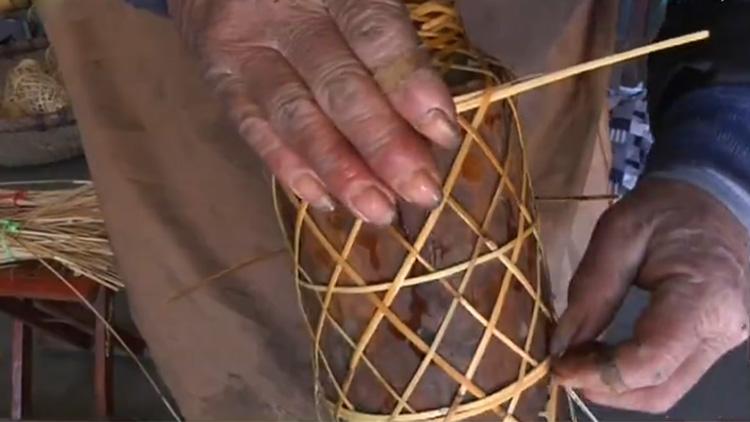 79秒丨滨州老匠人用芦苇扎花灯 一年增收一万多元