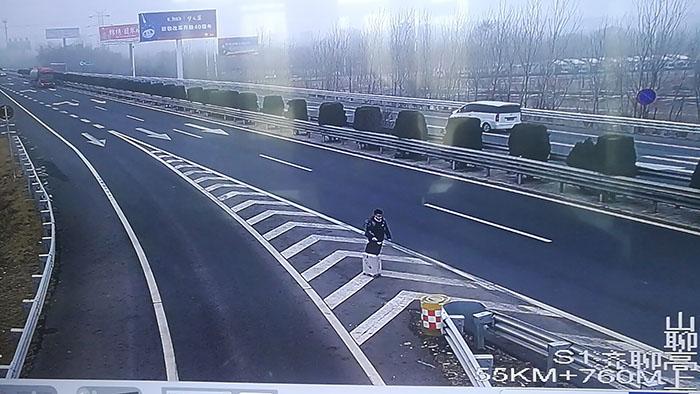 """太荒唐!聊城一男子把高速公路导流线当成""""候车站点"""""""