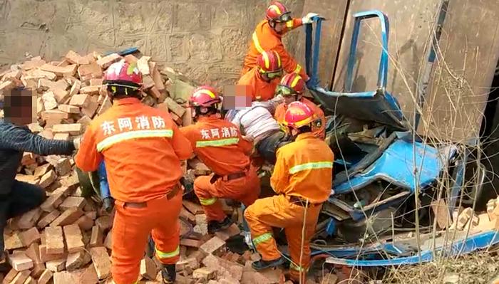 49秒|满载砖块农用车坠沟女司机被困 聊城消防紧急救援