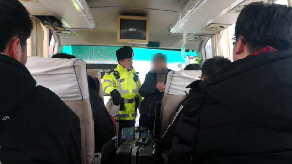 QQ招揽46名返校大学生 这辆大客车非法营运被交警查获
