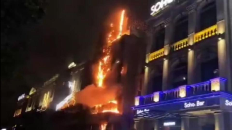 """19秒丨福州东二环""""胡桃里""""餐厅广告牌着火 火已扑灭无人员伤亡"""