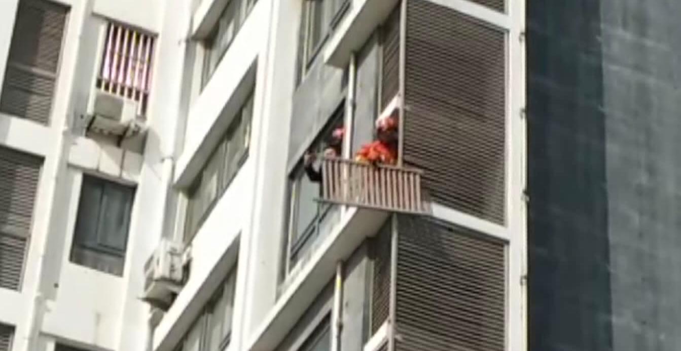 """40秒丨潍坊一高层住户家百叶窗悬空 消防员变身""""蜘蛛侠""""攀壁取下"""