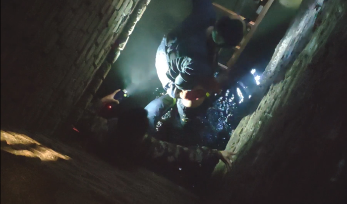 50秒|聊城一4岁男童坠入5米深下水道 消防火速出动成功营救