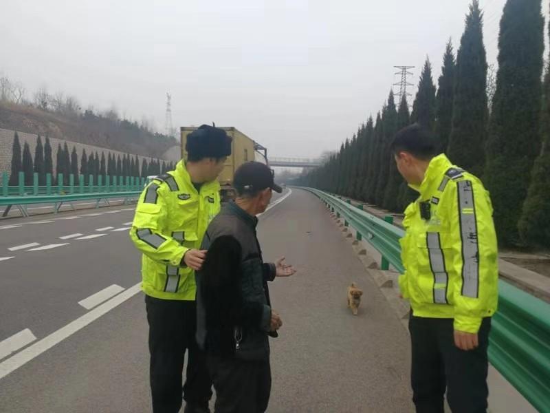 青岛:八旬老人上高速遛狗 交警暖心护送回家