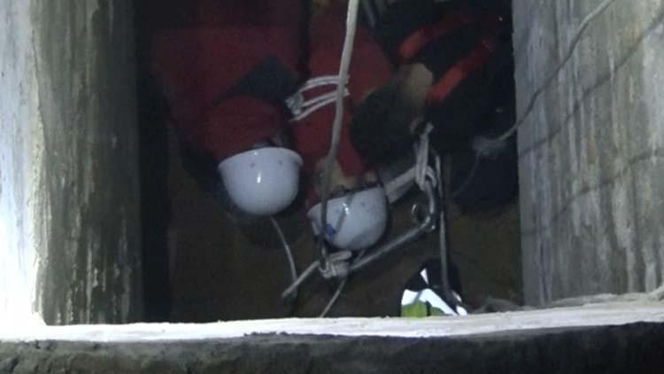 53秒丨济南一男子过路时不慎掉进管道井下 消防紧急营救