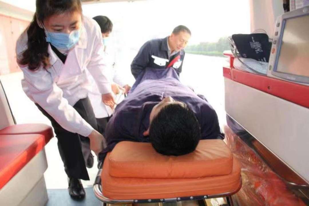 万米高空下的急速抢救:为救人机组备降青岛机场