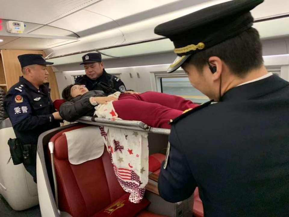 青岛:担架旅客上列车 车长齐心护送