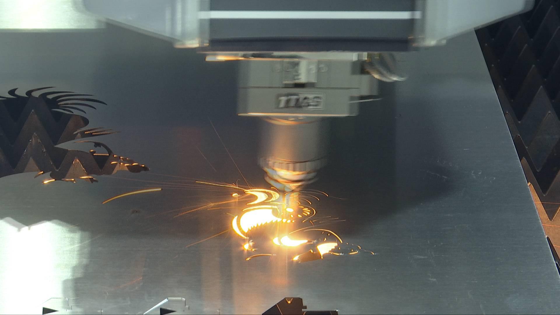 64秒丨激光切割机十几秒裁出钢板剪纸,来山东这个博览会上涨见识