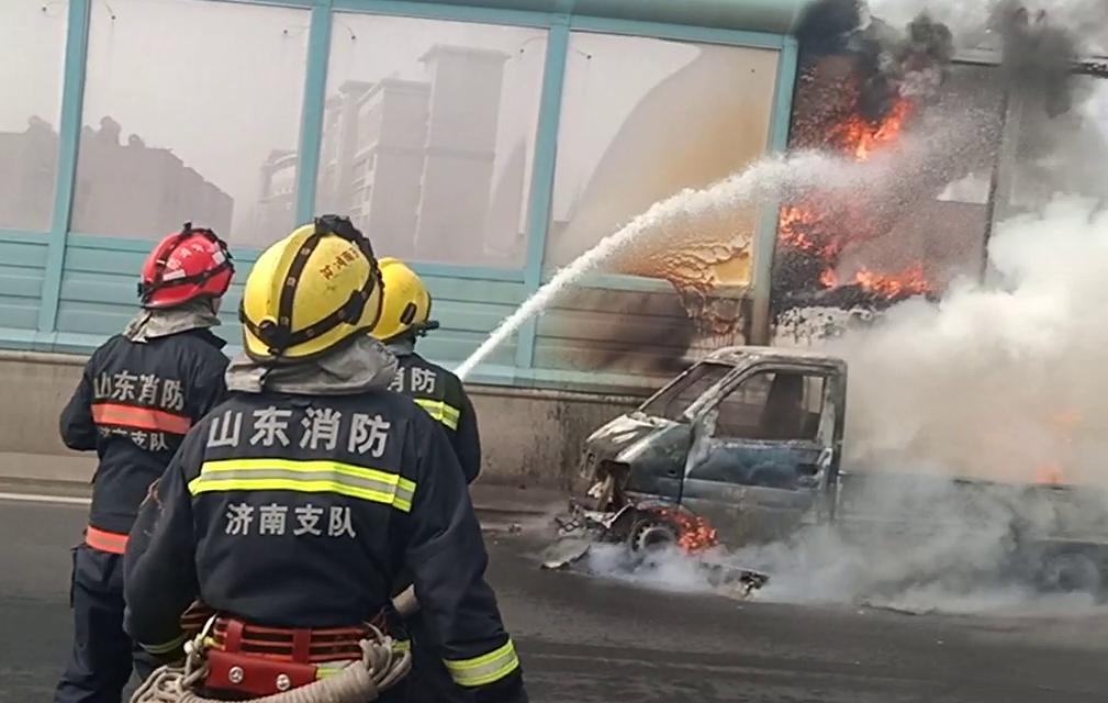 43秒丨高架桥上货车自燃 济南消防紧急扑救